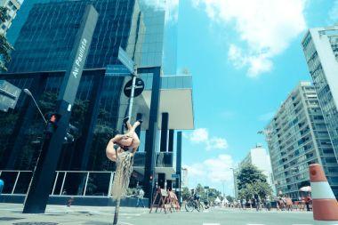 pole-dance-in-sao-paulo-avenue-3__880